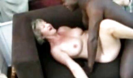 テーブルでブロンドの膣をけいれんし、大きなペニスに植えた男 エロ 女子 動画