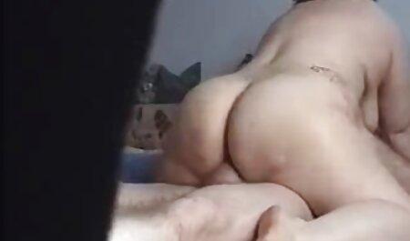 欲望に満ちた雌犬の膣の中の小さなバイブレータ エロ アニメ 女子 高生